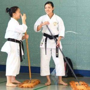 Na této fotce je Rika Usami (vpravo), mistryně světa v Kata. Která i přes své dlouholeté zkušenosti a tituly stále projevuje respekt svému dojo a uklízí ho.